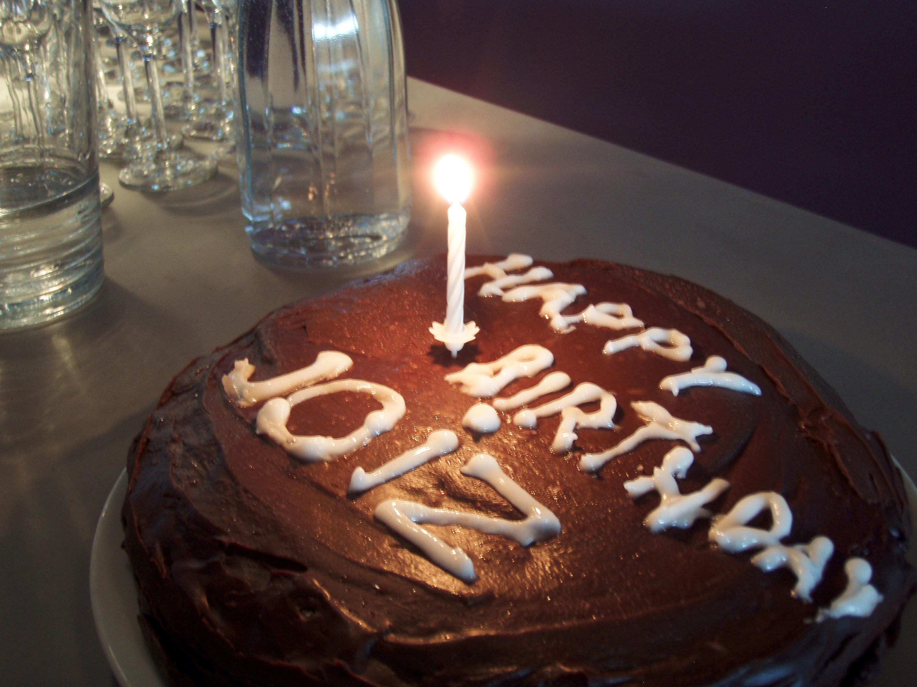 1 Kerze auf dem ersten Geburtstagskuchen von Joiz.TV