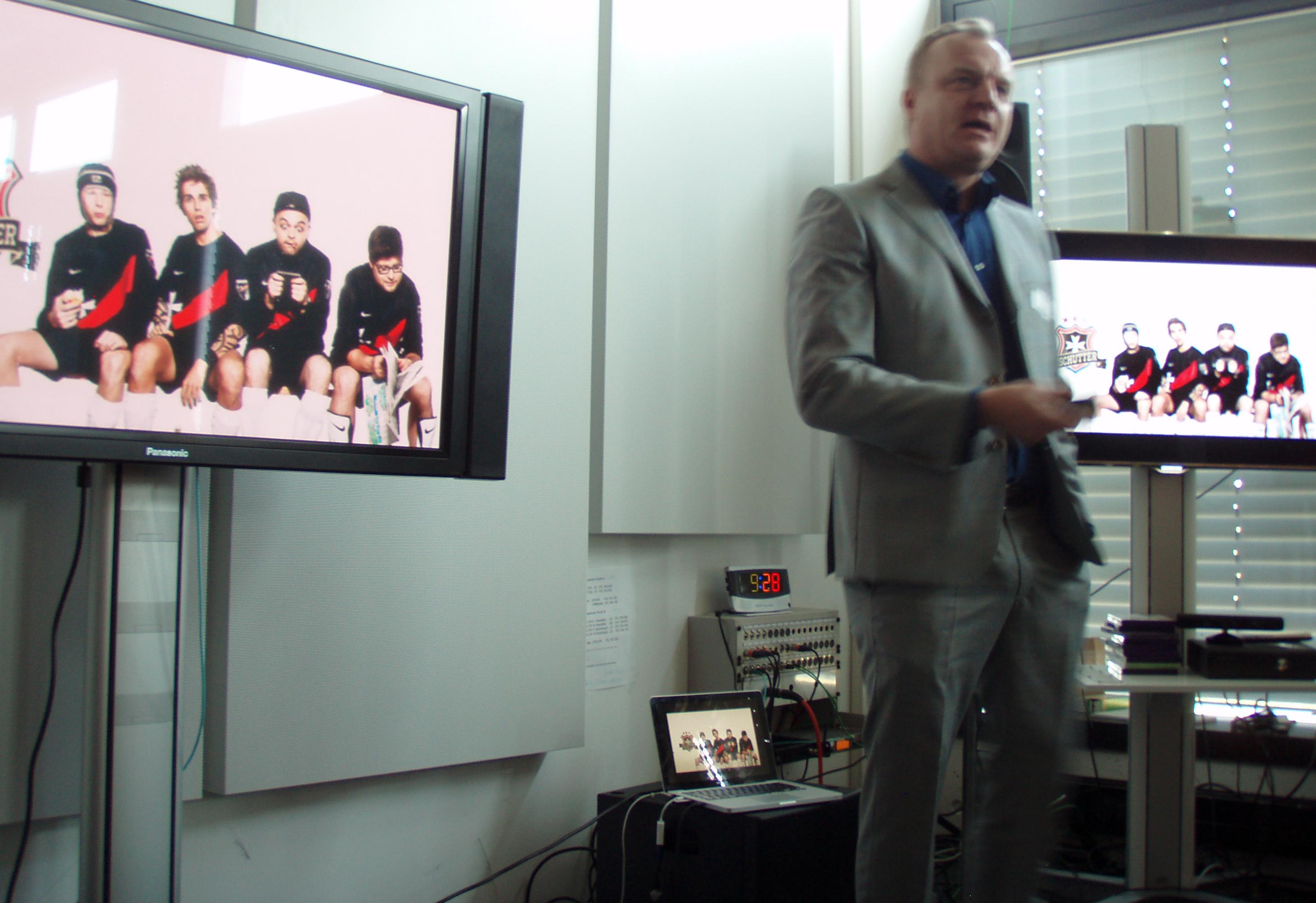 Hansi Voigt, Chefredaktor von 20 Minuten, präsentiert die Tschutter-Kampagne