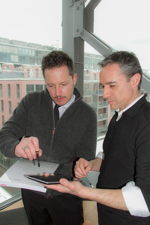 Dominic Lüthi erläutert Walter Schärer das Konzept hinter VRMandat.com