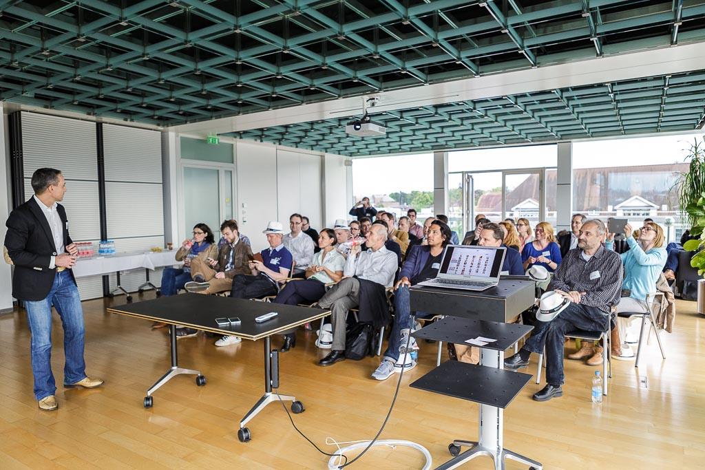 Walter Schärer präsentiert am Blogger-Event das Redesign-Projekt von search.ch