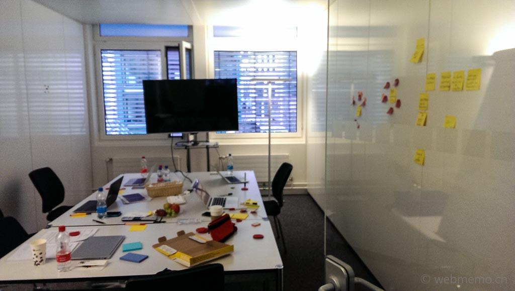 Vorbereitung Blogger-Outreach: Sitzungszimmer mit Workshop Post-It Sammlung