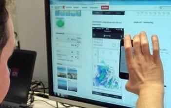 Projektleiter Christian Häussler nimmt das Mobile Design ab