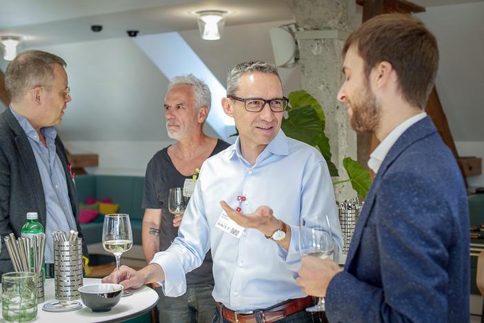 Walter Schärer beim Fachsimpeln mit Kevin Kyburz
